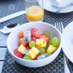 ensalada-de-fruta-fresca-café-con-leche-y-jugo-53159698